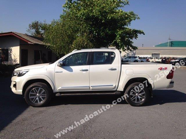nep-op-suon-xe-toyota-hilux-2019